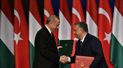 """Vengrijoje viešintis R.T.Erdoganas grasina """"atverti vartus"""" į Europą migrantams"""