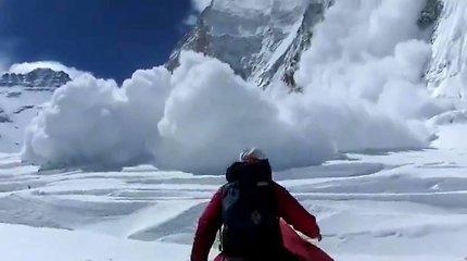 """13 žmonių gyvybes nusinešusią sniego laviną Evereste išgyvenęs vyras: """"Viskas atrodė tarsi debesys – balta balta aplink"""""""