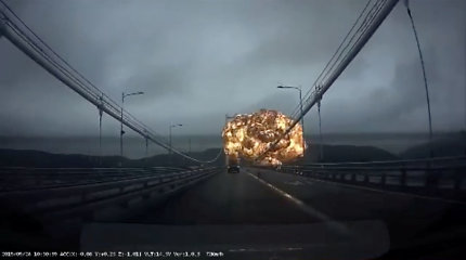 Pietų Korėjoje po sprogimo naftos tanklaivyje kilo gaisras, sužeista 12 žmonių