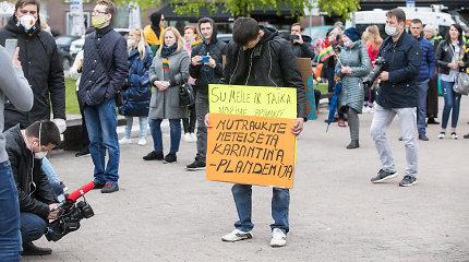 """Mitingas prie Seimo """"už žmonių laisvę"""": prieš karantiną, Billą Gatesą, LGBT teises ir žiniasklaidą"""