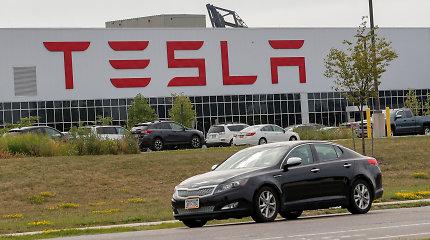 """""""Tesla"""" išleido visiškai perrašytą """"Full Self-Driving"""" technologiją: štai kaip atrodo važiavimas"""