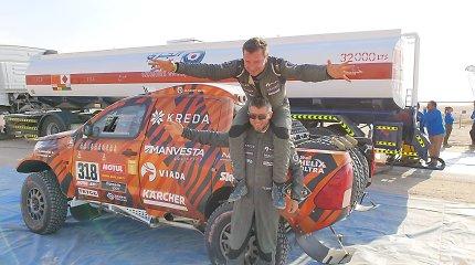 Dešimtojo Dakaro greičio ruožo finišas ir Empty Quarter dykuma: Fernando Alonso be stiklo ir raitas Antanas Juknevičius