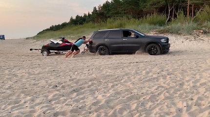 Palangos paplūdimyje vandens motociklus tempusios mašinos – poilsiautojų akiratyje