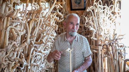 """Mečislovas namus pavertė savo išdrožtų lazdų muziejumi: """"Dviejų vienodų nerasite"""""""