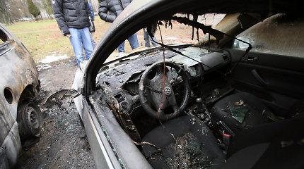 """Transporto gaisrai Vilniuje: iš """"Chrysler"""" tik rūko dūmai, o """"Golfas"""" liepsnojo kaip fakelas"""