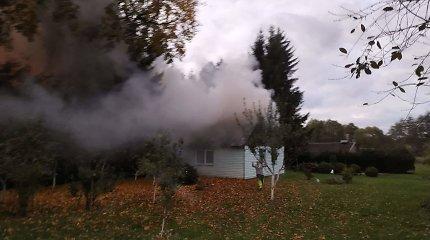 Drama Šilutės rajone: ugniagesiams teko spjauti į degančius namus – reikėjo skubiai gaivinti savižudį
