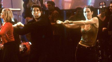 """Courteney Cox atkūrė kultinį """"Draugų"""" šokį: jos partneriu tapo garsus žmogus"""