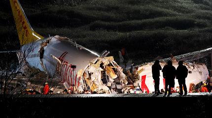 Stambule nuo tako nuslydęs lėktuvas lūžo į tris dalis ir užsidegė: trys žmonės žuvo
