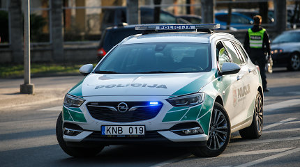 """Kėdainių rajone po vilkiku palindo """"Audi"""", vienas žmogus liko prispaustas"""