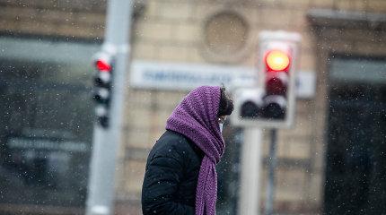 Šalčio pavojai: skilo namų langai, šalo benamiai