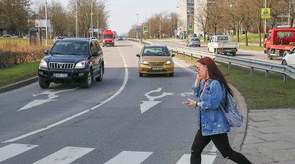 Įsigalioja draudimas pėstiesiems perėjose naudotis telefonu