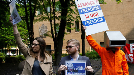 Didžiojoje Britanijoje pradėtas svarstyti JAV prašymas išduoti J.Assange'ą