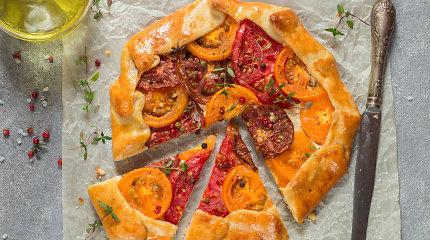 Nuostabus kepinys: galetė su pomidorais, sūriu ir raudonaisiais svogūnais