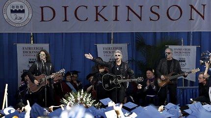 """Grupė """"Bon Jovi"""" nustebino Naujojo Džersio absolventus, pasirodžiusi diplomų įteikimo ceremonijoje"""