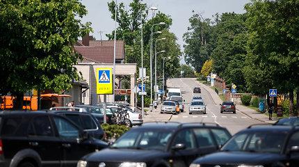 """""""VW Passat"""" avarija Rietave: vieną vyrą rado pievoje, pasprukęs keleivis vėliau atsidūrė ligoninėje"""