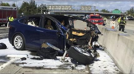"""Federaliniai tyrėjai tiria """"Tesla"""" automobilio avariją ir gaisrą Kalifornijoje"""
