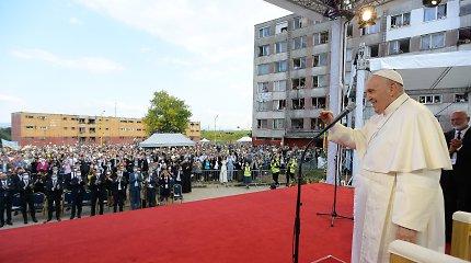 Slovakijos romus aplankęs popiežius ragina geriau integruoti šią bendruomenę