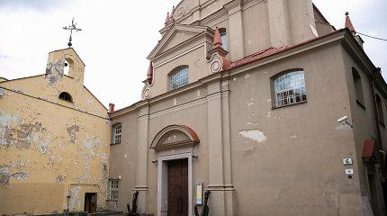COVID-19 sugadino pirmosios komunijos šventę, bažnyčia dezinfekuojama