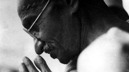 Kovo 18-oji: prieš 91 metus už pilietinį nepaklusnumą įkalintas Mahatma Gandhis