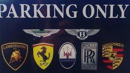 """Išskirtinė stovėjimo vieta prabangiausių automobilių savininkams papiktino """"Mercedes"""" vairuotojus"""