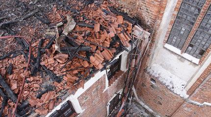 Pradedamas restauruoti Tytuvėnų bažnyčios stogas, vienuolyno tvarkymui trūksta 800 tūkst. litų