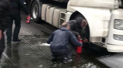 Vilniuje degė vilkikas: pro šalį važiavę vairuotojai susibūrė į ugniagesių komandą