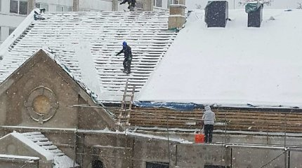 Apie be virvių ir šalmų ant pastolių plušančius statybininkus praneša pavydūs kaimynai?