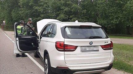 Rusijos čečėnai prabangiu BMW vežė 3 vaikus, neva turinčius leidimą gyventi Paryžiuje
