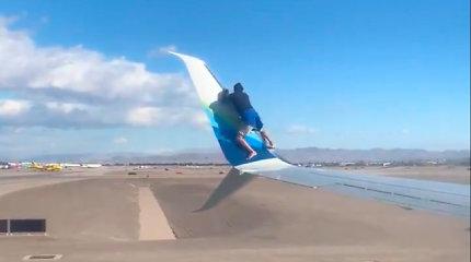 Vyras užsiropštė ant kilti besiruošiančio lėktuvo sparno
