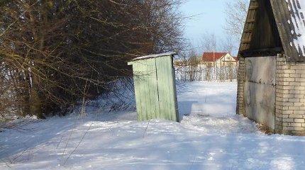 Bandymų panaikinti lauko tualetus gali nepakakti išvengti EK baudos