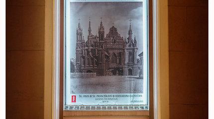 """Ant Vilniaus rotušės langų sužibo Vilniaus 698-ajam gimtadieniui skirta paroda """"Vilnius fotografijose"""""""