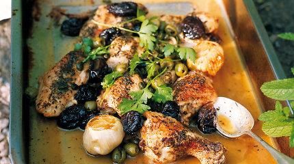 Gardžiai vakarienei – kepta vištiena su džiovintomis slyvomis ir alyvuogėmis