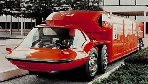 General Motors Bison 1964-aisiais atrodė labai futuristiškai – į kabiną buvo patenkama atvėrus visą priekinį gaubtą su stiklu. (Cardesignnews.com)
