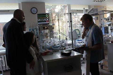 """""""Facebook"""" nuotr./Kristupas ir Jurgita Krivickai ligoninėje prie sūnaus"""