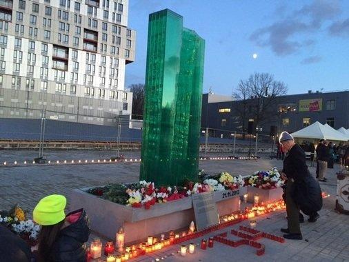 tvnet.lv nuotr./Latvijoje atidengtas paminklas prekybos centro griuvėsiuose žuvusioms aukoms