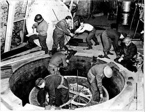 Wikipedia.org nuotr./Amerikiečių kariai ir specialistai apžiūrinėja vokiečių eksperimentinį branduolinį reaktorių Haigerloche 1945 m. balandį.