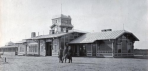 Kretingos geležinkelio stotis iš rytinės (miesto) pusės 1925 m. Alfonso Survilos nuotr. Kretingos muziejus