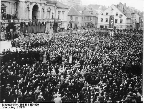 Vokietijos federalinio archyvo nuotr. /Žmonės Klaipėdoje klausosi Hitlerio kalbos