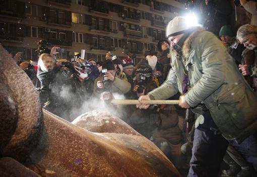 Stopkadras iš youtube.com/Kijeve nugriautas Lenino paminklas