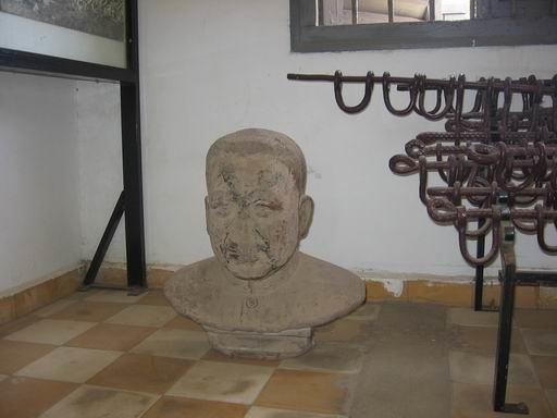 Wikipedia.org nuotr./Pol Poto biustas Tuol Slengo kalėjimo ekspozicijoje