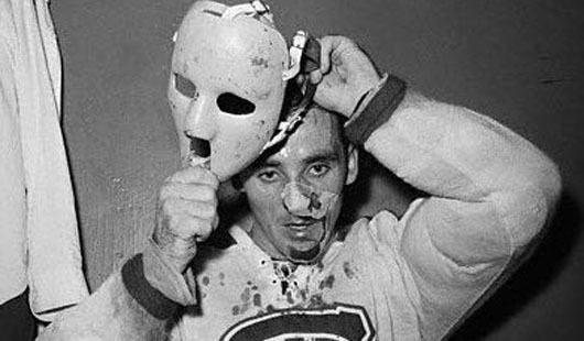 Sužeistas Jacques Plante'as dedasi kaukę