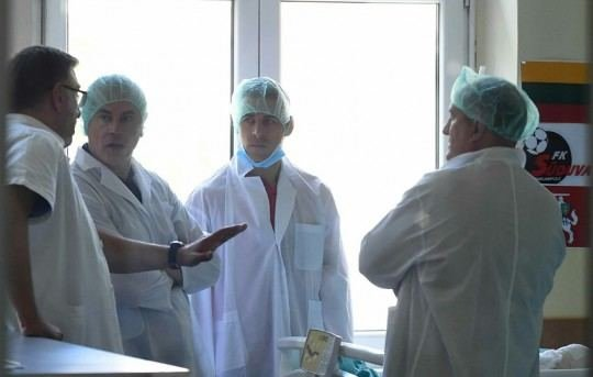 """nuotr. """"Crvena Zvezda""""/Belgrado """"Crvena Zvezda"""" atstovai ligoninėje aplankė Vaidą Slavicką"""