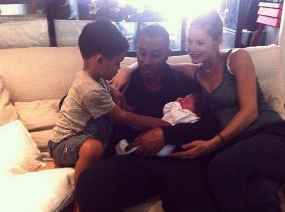 """""""Instagram"""" nuotr./Doutzen Kroes su vyru Sunnery Jamesu ir vaikais Phyllonu bei Myllena"""