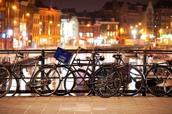 123rf.com nuotr./Vintažiniai dviračiai prirakinti Amsterdamo centre