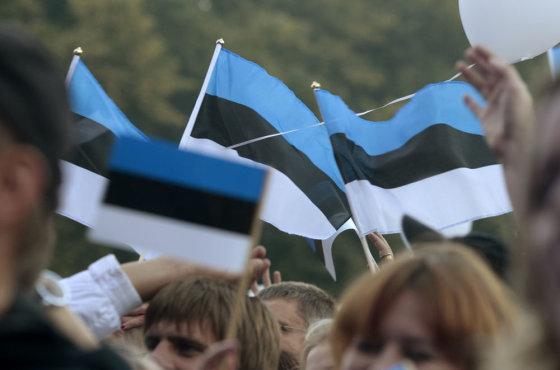 """""""Reuters""""/""""Scanpix"""" nuotr./Estai mojuoja Estijos vėliavėlėmis"""