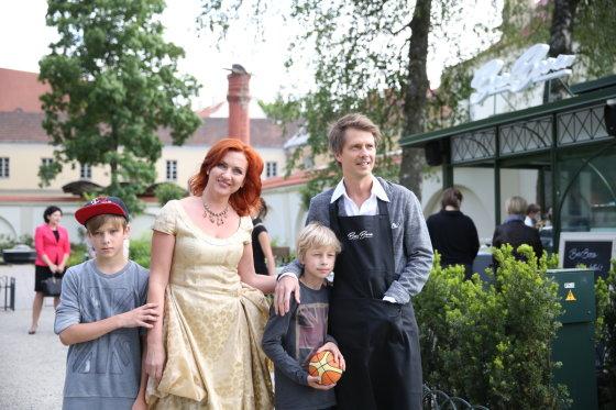 Viganto Ovadnevo/Žmonės.lt nuotr./Giedrius Masalskis su žmona Asta ir sūnumis