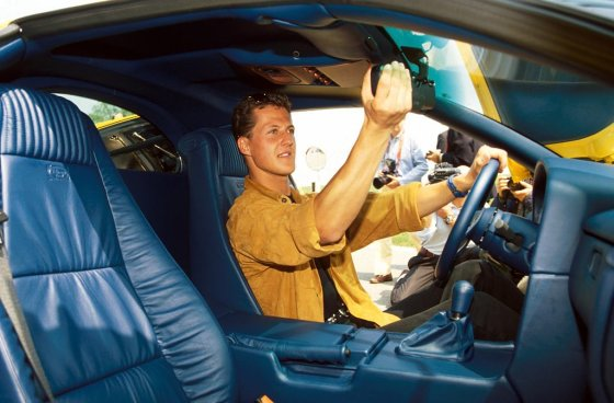 "carpassion.com nuotr./Michaelis Schumacheris ""Bugatti EB110"" automobilyje"