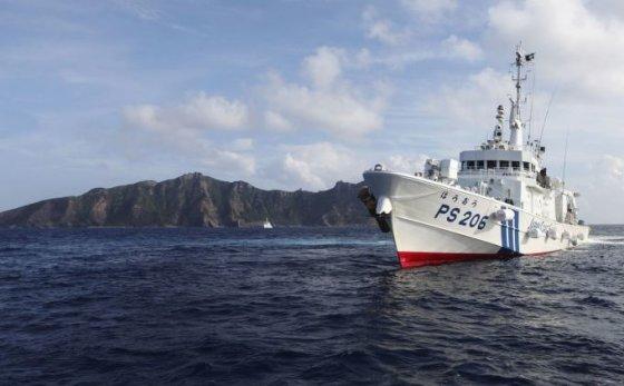 Japonijos pasieniečių laivas greta vienos iš ginčijamų salų