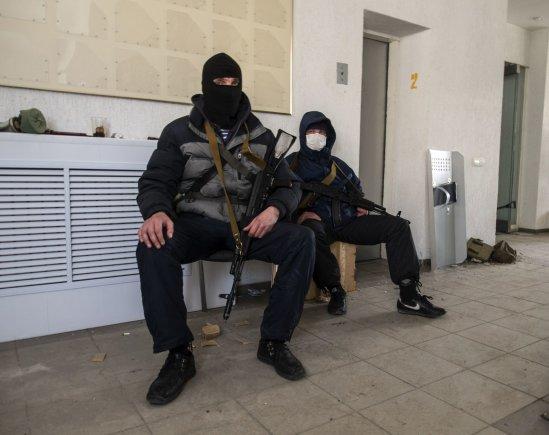 """""""Reuters""""/""""Scanpix"""" nuotr./Prorusiški ginkluoti riaušininkai Luhanske"""