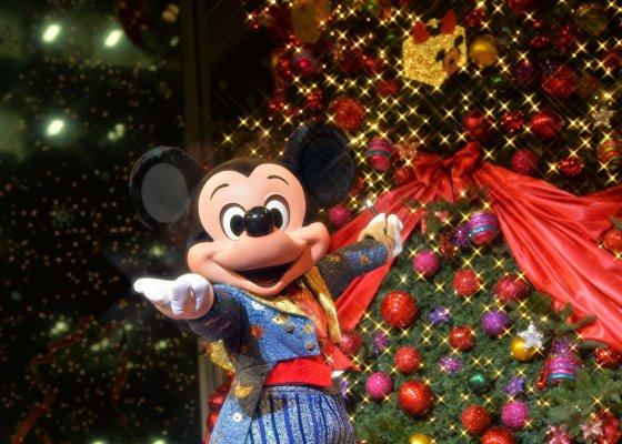 """AFP/""""Scanpix"""" nuotr./Peliukas Mikis prie Kalėdų eglės Tokijuje"""